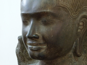 Photo de la tête d'une sculpture de Bouddha cambodgienne