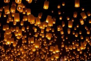 Photo de nombreuses lanternes sur fond noir